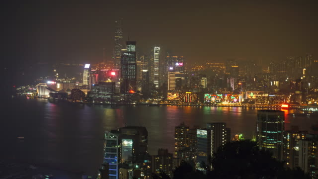 stockvideo's en b-roll-footage met time-lapse van nacht in hong kong. central district, victoria harbor, hong kong island en kowloon, hong kong. - commercieel landvoertuig