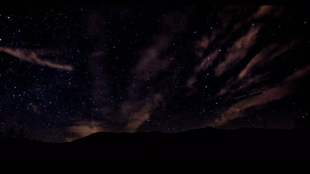 低角度ビューからの夜空のタイムラプス - 北極星点の映像素材/bロール