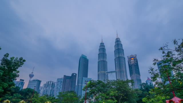time lapse of nightfall at klcc with the petronas twin towers, malaysia - petronas twin towers stock videos and b-roll footage