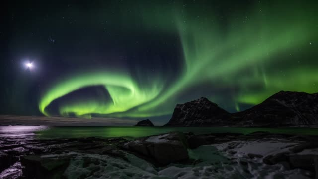 vídeos de stock e filmes b-roll de time lapse of northern lights over the lofoten islands in norway - tracking shot - estupefação