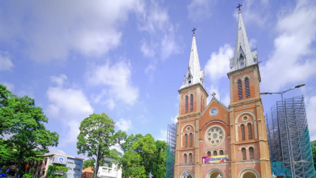 time lapse of notre-dame cathedral basilica of saigon, officially cathedral basilica of our lady of the immaculate conception - ベトナム点の映像素材/bロール