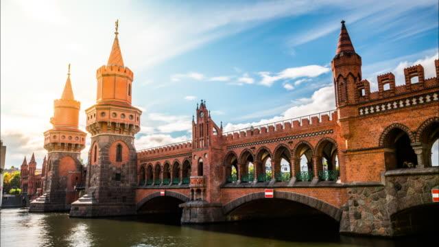 vídeos de stock e filmes b-roll de time lapse of oberbaum bridge in berlin - berlim