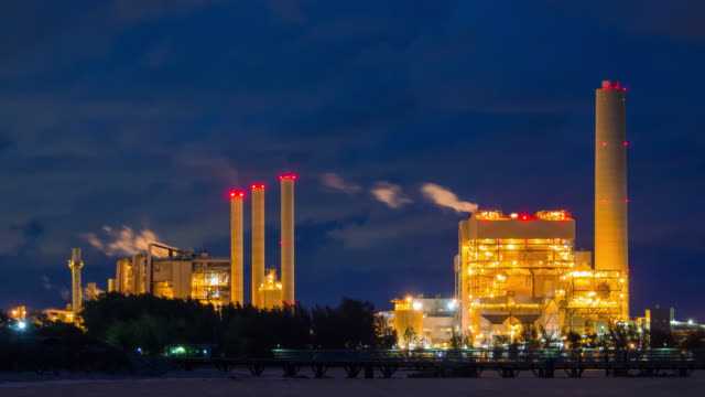 vídeos de stock e filmes b-roll de time lapse of oil refinery plant at night - fábrica petroquímica
