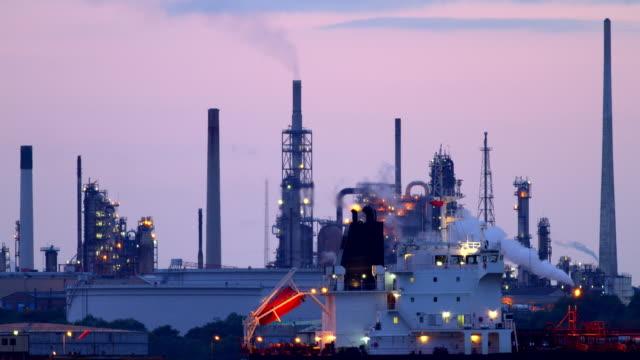 time lapse of oil refinery - 英国ハンプシャー点の映像素材/bロール