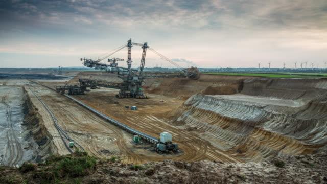vídeos y material grabado en eventos de stock de lapso de tiempo de cielo abierto de carbón explotación minera - coal mine