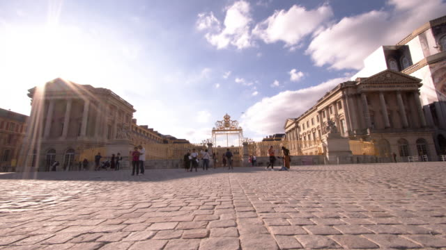 vidéos et rushes de a time lapse of palace of versailles in versailles france on september 13 2019 the palace of versailles has listed as a world heritage site and is... - versailles
