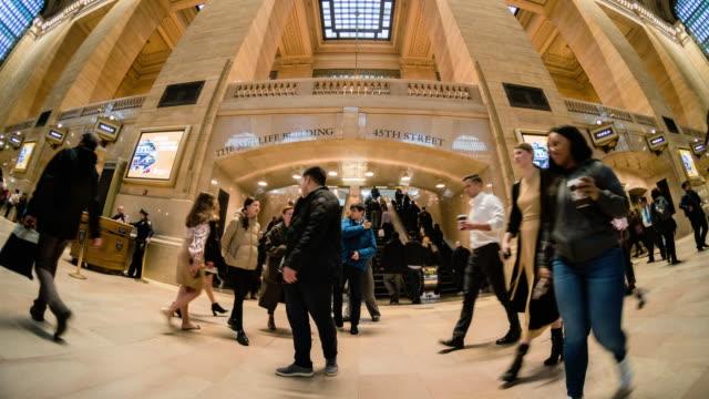time lapse di passeggeri e turisti a new york city, stati uniti - architettura video stock e b–roll