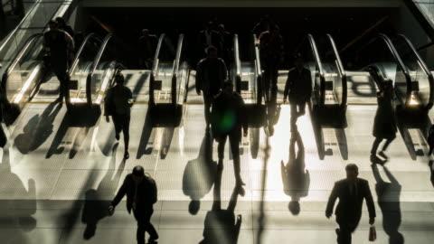 tid förfall av passagerare och turist promenader och kör på rulltrappa - pendlare bildbanksvideor och videomaterial från bakom kulisserna