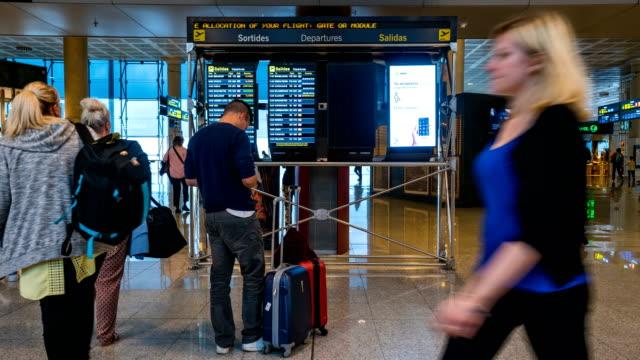 vídeos de stock e filmes b-roll de time lapse of passenger at barcelona el prat airport - embarcar