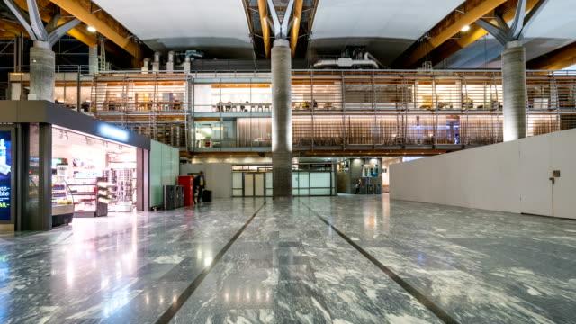 vídeos de stock, filmes e b-roll de lapso de tempo de passageiros no aeroporto de oslo gardermoen, noruega - aeroporto gardermoen de oslo