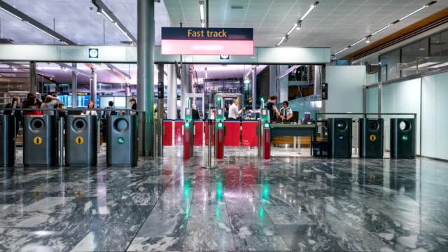 vídeos de stock, filmes e b-roll de lapso de tempo do passageiro passar segurança check-in no aeroporto de oslo gardermoen, noruega - aeroporto gardermoen de oslo