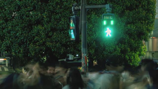 vidéos et rushes de laps de temps du feu de rue de passage de passage de piéton, panning à droite - signalisation routière lumineuse