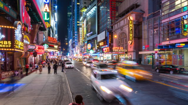 vidéos et rushes de time lapse of pedestrians and cars at 42 street intersection, zoom out - yellow taxi