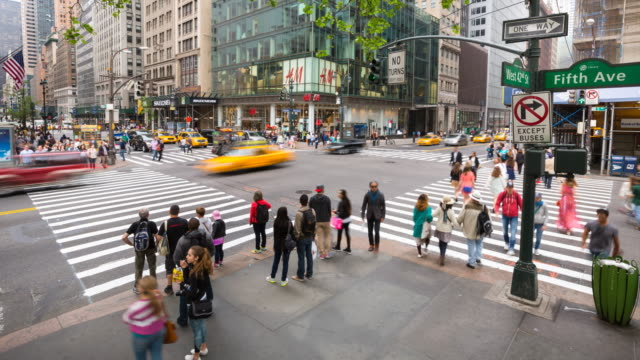 vidéos et rushes de time lapse of pedestrians and cars at intersection - yellow taxi