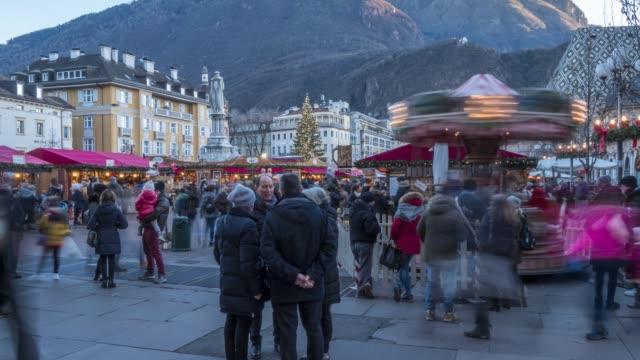 vídeos y material grabado en eventos de stock de time lapse of people and christmas market in waltherplatz, bolzano, province of bolzano, italian dolomites, italy, europe - tirol