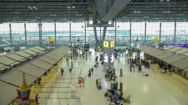 vidéos et rushes de laps de temps des gens et les touristes à l'aéroport de suvarnabhumi - à bord
