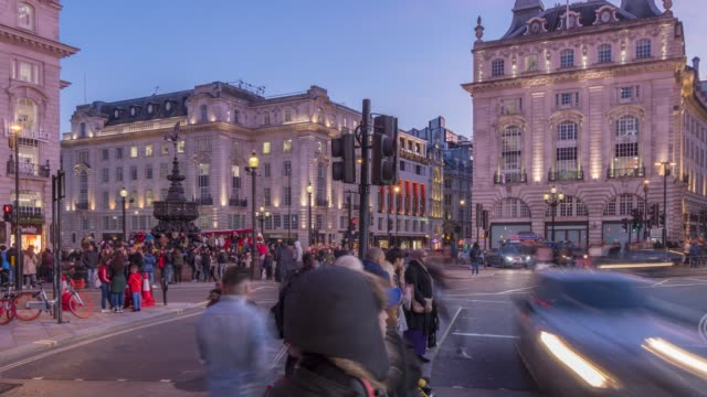 vidéos et rushes de time lapse of people and traffic in piccadilly circus, london, england, united kingdom, europe - 20 secondes et plus