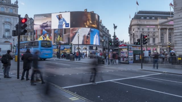 time lapse of people and traffic in piccadilly circus, london, england, united kingdom, europe - reklamskylt bildbanksvideor och videomaterial från bakom kulisserna