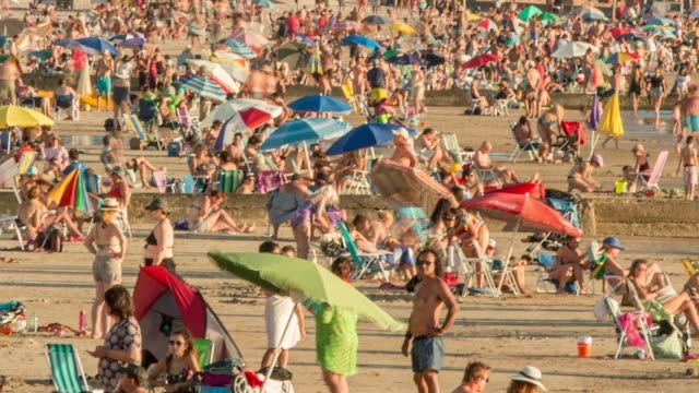 time lapse of people at the beach, summer, piriápolis, uruguay - 鎮静薬点の映像素材/bロール