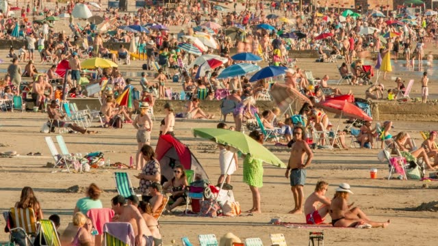 time lapse of people at the beach, summer, sunbathing, piriápolis, uruguay - 鎮静薬点の映像素材/bロール