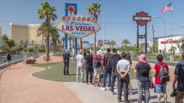 time lapse of people at   welcome to fabulous las vegas   sign, las vegas, nevada, usa, north america - street name sign stock-videos und b-roll-filmmaterial