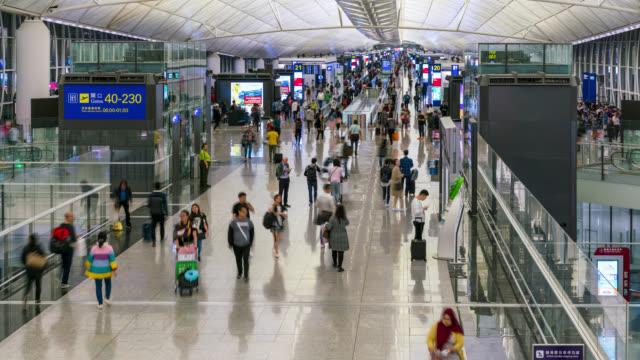 中国の香港の空港出発エリアで人々の時間の経過 - 香港国際空港点の映像素材/bロール