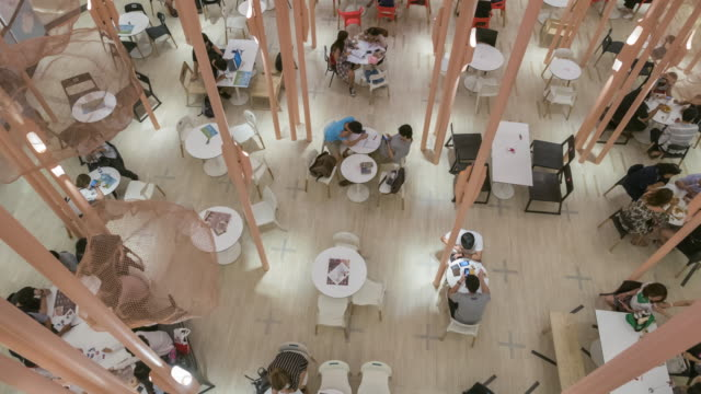 Time lapse of people in a cafe
