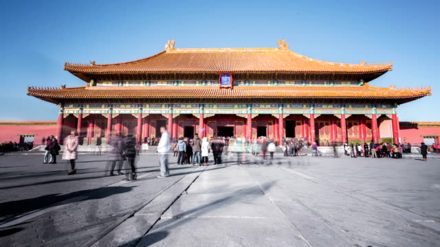 time lapse of people in forbidden city, beijing, china. - besichtigung stock-videos und b-roll-filmmaterial