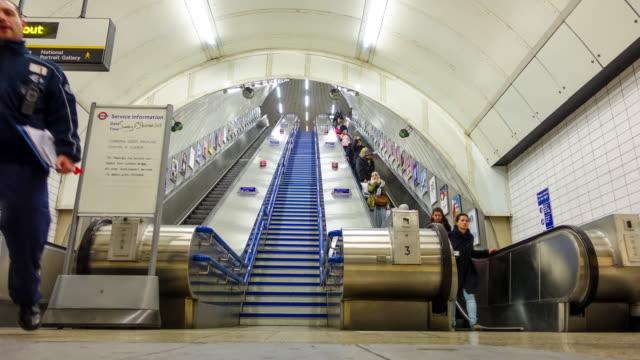 zeitraffer der menschen in der u-bahn-station - förderleitung stock-videos und b-roll-filmmaterial