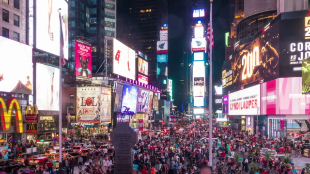 vídeos de stock e filmes b-roll de time lapse of people in times square at night in midtown manhattan - square