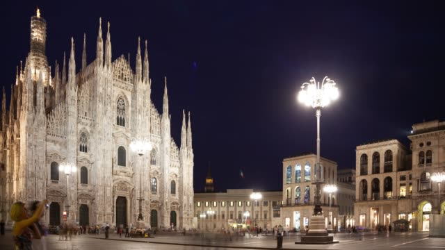 time lapse of people milan cathedral , milan italy - esposizione lunga video stock e b–roll