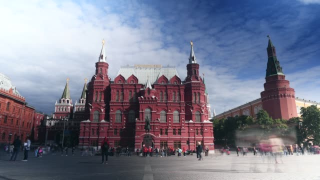 vídeos de stock e filmes b-roll de time lapse of people passing the state historical museum on june 07 2018 in moscow russia - praça vermelha