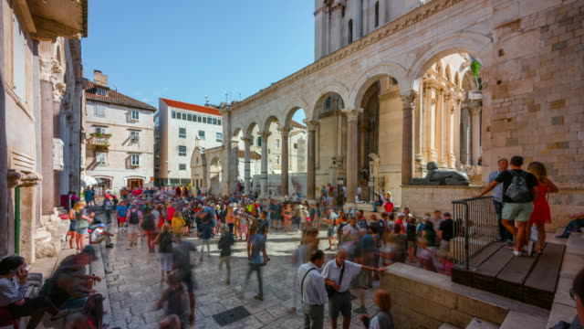 time lapse of people tourist walking in old town of split, croatia - croazia video stock e b–roll