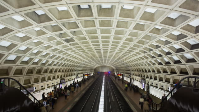 stockvideo's en b-roll-footage met time lapse of people waiting on the platform for the underground train to arrive, pentagon subway station, washington dc, usa, - metro platform