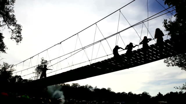 vídeos de stock e filmes b-roll de time lapse de pessoas passeio a ponte de corda - ponte suspensa
