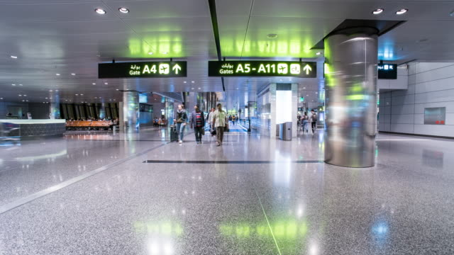 vídeos de stock e filmes b-roll de time lapse of people walking at doha airport - catar