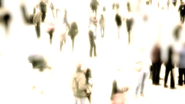 vídeos y material grabado en eventos de stock de time lapse of people walking at grand central station in new york city - imagen virada