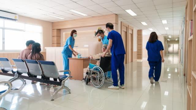vidéos et rushes de laps de temps des personnes marchant dans un couloir d'hôpital et la réception - salle d'attente