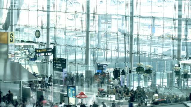 Zeitraffer von Menschen zu Fuß auf dem Flughafen