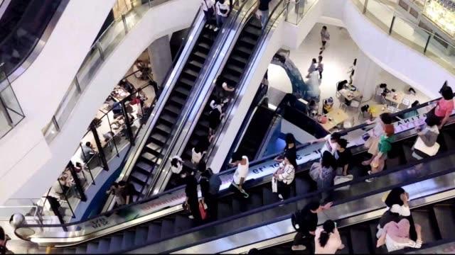 vidéos et rushes de laps de temps des peuples dans le centre commercial - affluence
