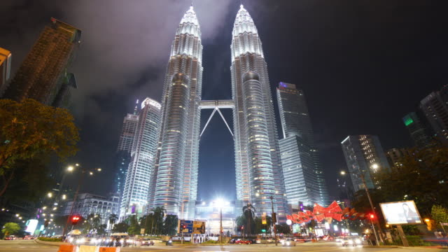 zeitraffer der petronas twin towers bei nacht - petronas twin towers stock-videos und b-roll-filmmaterial