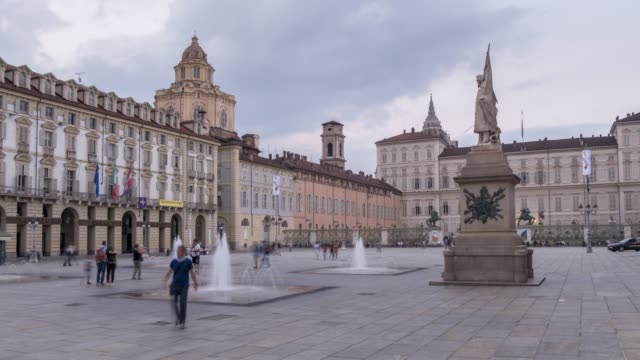 time lapse of piazza castello surrounded by palazzo madama and palazzo reale at dusk, turin, piedmont, italy, europe - piazza video stock e b–roll