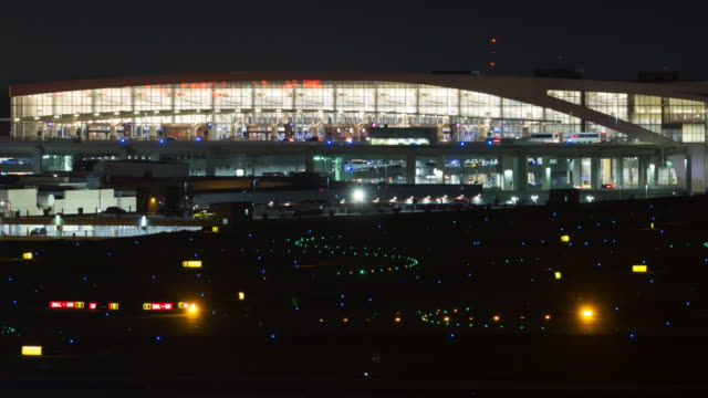 time lapse of planes taxiing and taking off from the atlanta international airport at night - international landmark video stock e b–roll