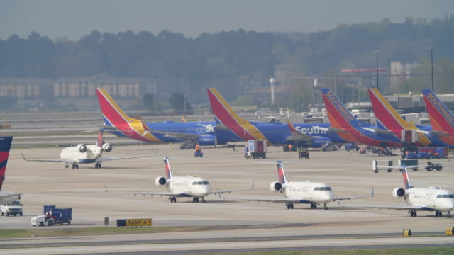 vidéos et rushes de time lapse of planes taxiing and taking off from the atlanta international airport at the same time - sud ouest américain