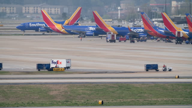 time lapse of planes taxiing and taking off from the atlanta international airport - südwesten stock-videos und b-roll-filmmaterial