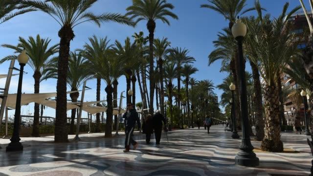 time lapse of promenade in alicante city. spain - besichtigung stock-videos und b-roll-filmmaterial
