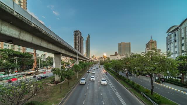 vídeos y material grabado en eventos de stock de 4k time lapse de la estación de ferrocarril con atasco de tráfico y elevado tren sistema de metro en hora punta en el atardecer en bangkok, transporte con el concepto de paisaje urbano - tren elevado