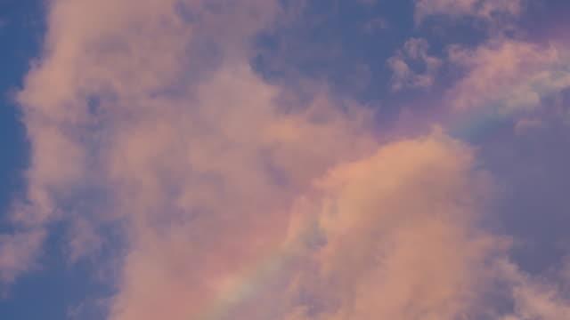 Tijd Lapse van regenboog op sky en zonsondergang bewolkt