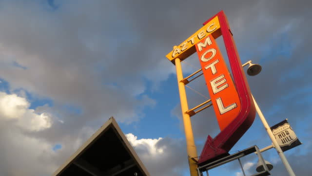 vidéos et rushes de time lapse of route rt66 motel sign from demolished motel in the 1950's with beautiful golden clouds quickly passing at magic hour - route 66