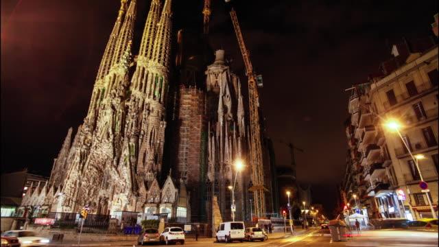 time lapse of sagrada familia of gaudi in barcelona - silvestre 個影片檔及 b 捲影像